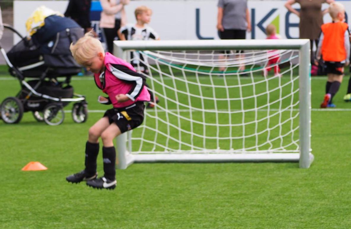 Poika jalkapalloilee